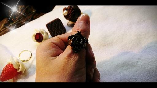 左手の親指に指輪